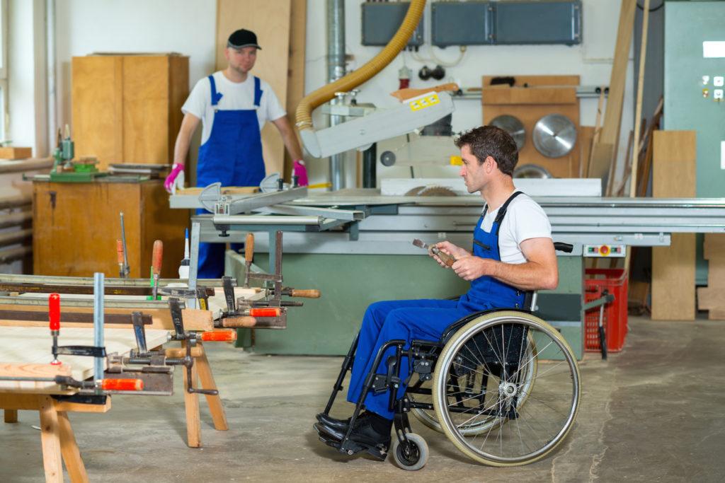 Пенсия по инвалидности выплачивается вне зависимости от того, трудится человек в настоящее время или нет