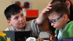 В общении с одноклассниками ребенок инвалид развивается гораздо быстрее