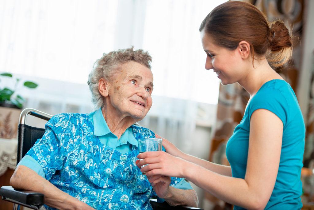 Если инвалид имеет родственников, но они по уважительным причинам не могут за ним ухаживать, он может рассчитывать на бесплатную помощь со стороны органов соцзащиты