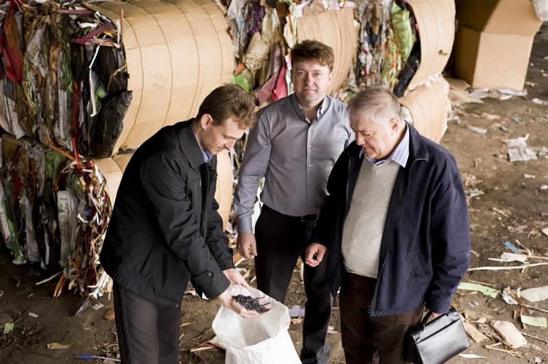 Сейчас эта компания по договорам с крупными торговыми точками собирает упаковочную тару, прессует ее и направляет на производство туалетной бумаги