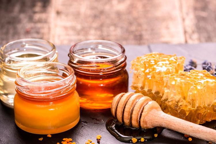 Мед – известное народное средство от многих заболеваний. Он обладает отличными регенерирующими и противовоспалительными свойствами