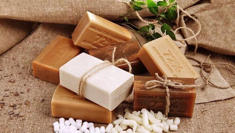 Натуральное мыло хорошо подсушивает и заживляет кожу