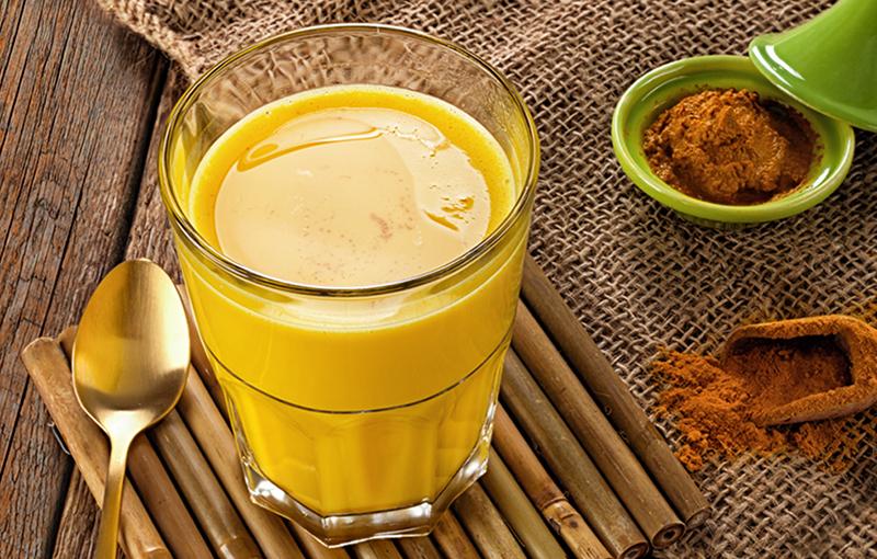 Помимо противоонкологического действия, золотое молоко облегчит вам боли в суставах и мышцах и поможет уснуть при бессоннице