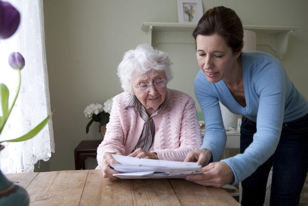 Оформление соцработника по уходу за пожилым человеком