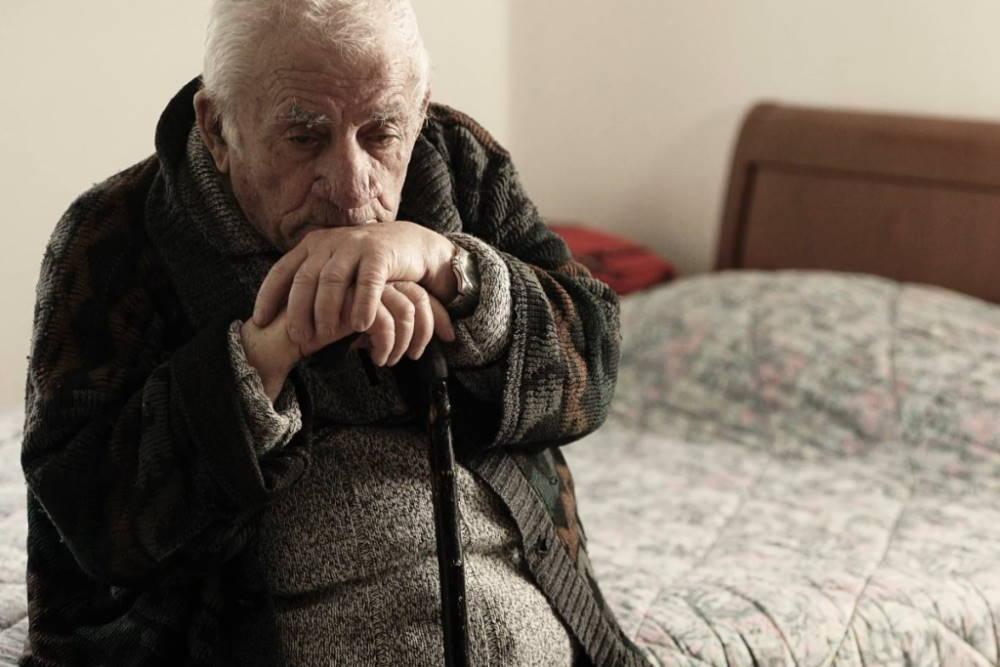 Стариков перестанут лечить? Пояснения Минздрава о новом законе