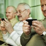 Инвалиды по слуху получат бесплатные смартфоны