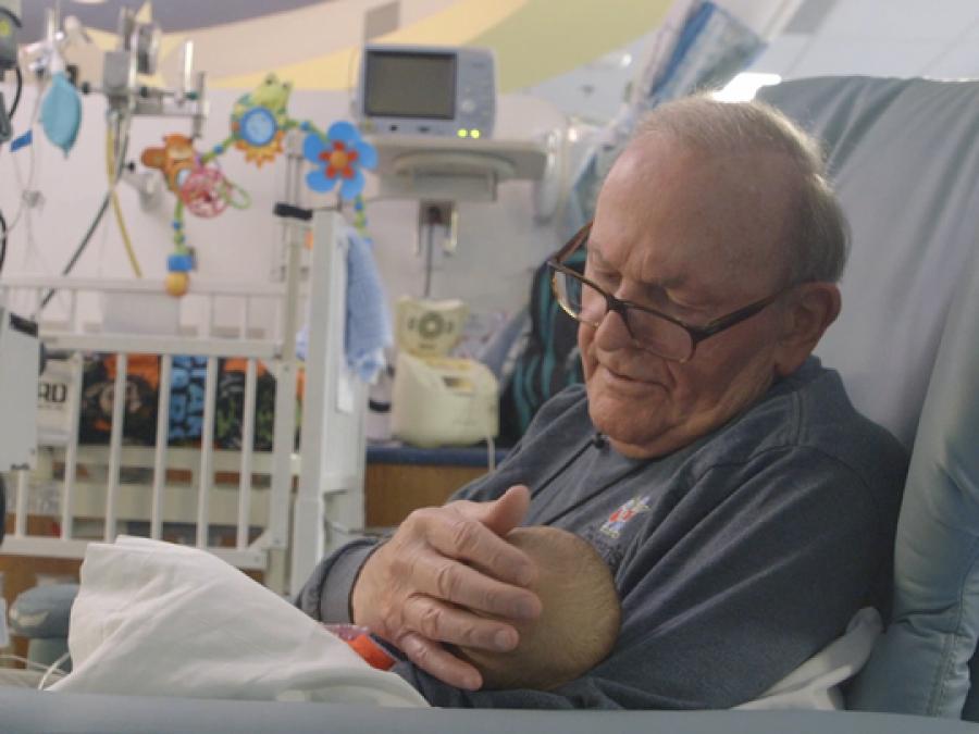 Чужой старик обнимал детей в реанимации и помогал им выжить